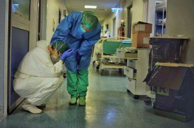 Una enfermera en Cremona, Italia, se toma un momento en esta desgarradora foto publicada en Instagram por el fotógrafo Paolo Miranda.